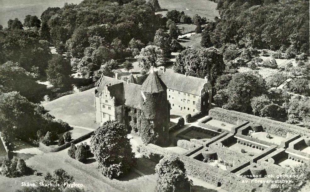 Aerial photograph of Skarhult, probably from the summer of 1940. The hedges to the north were probably so high that they created arbours.