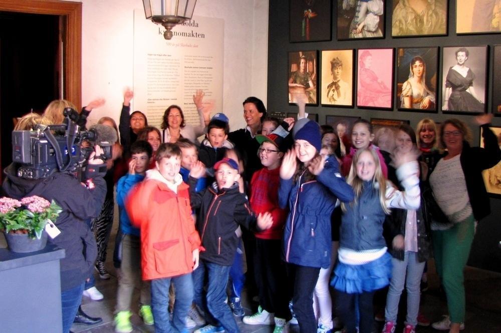 Hurra för Skarhult! Barnen älskar slottsbesöket och får mängder av historiekunskap som inte står i läroböckerna.