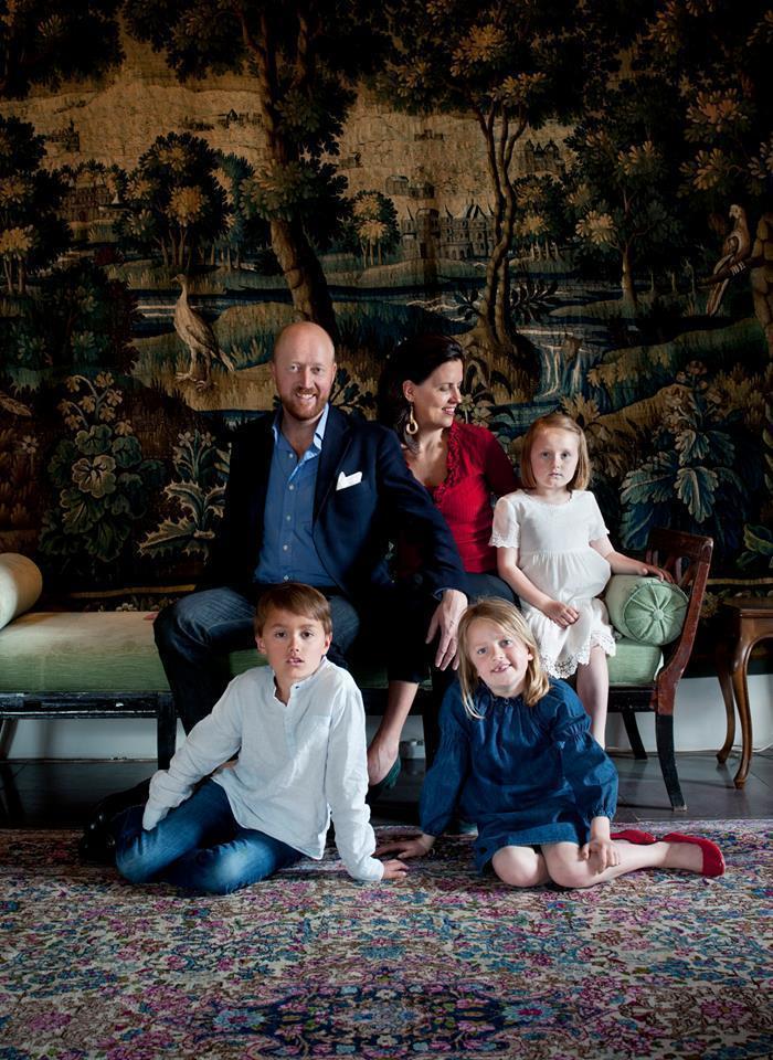 Carl Johan och Alexandra von Schwerin med sina 3 barn.