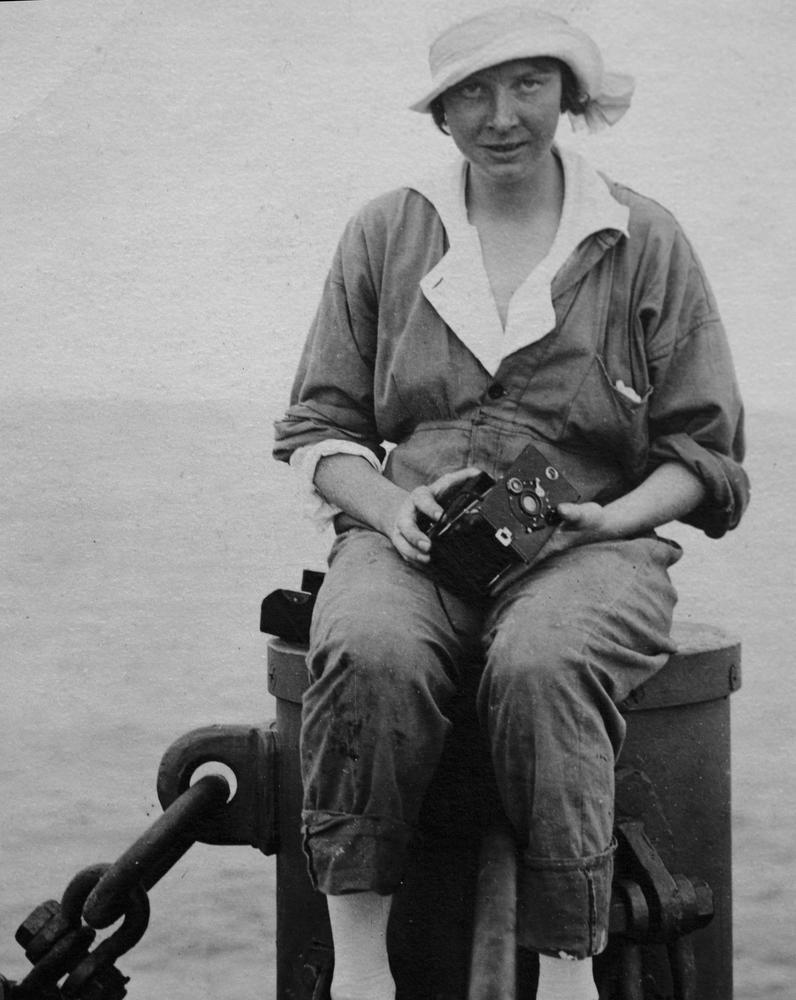 Ester Blenda Nordström uppe i masten på M/S Balboa på väg till Sydamerika år 1920