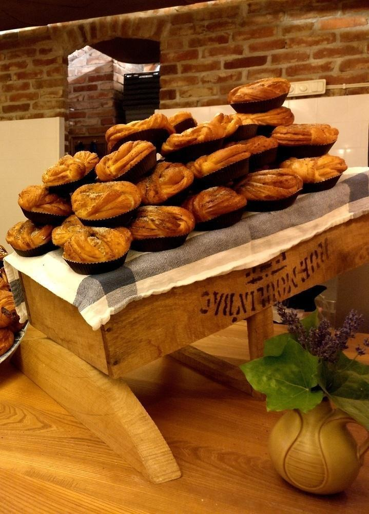Njut av våra bullar från Patisseriet. Utomhus finns också en caféterass.