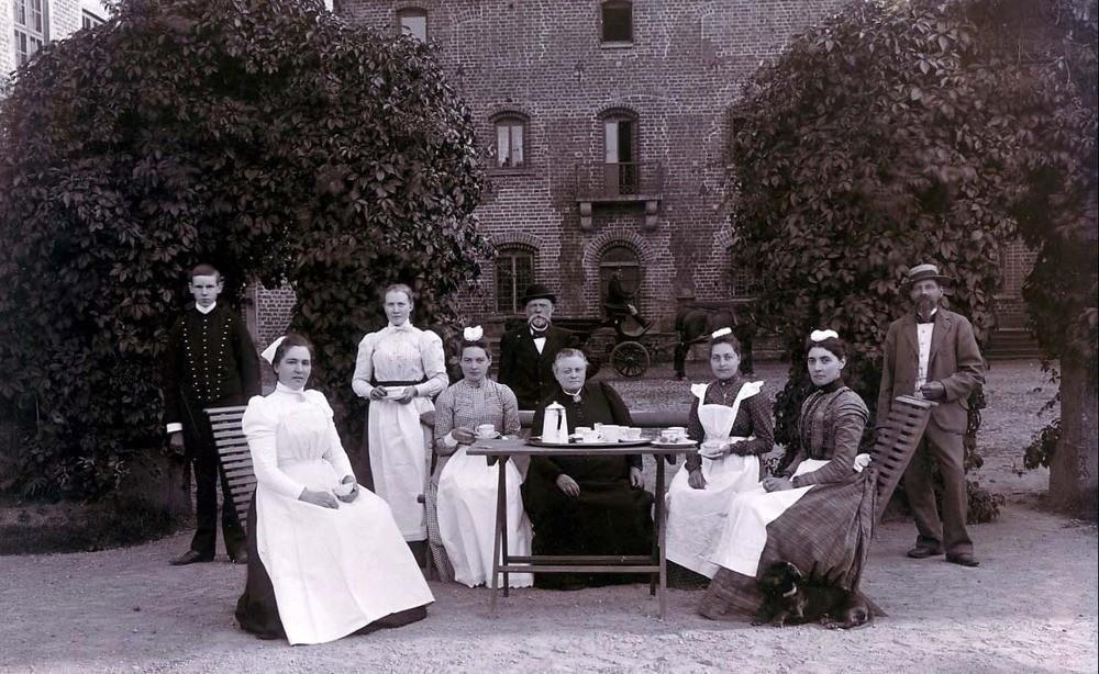 Frukost framför norrgården under sent 1800-tal.
