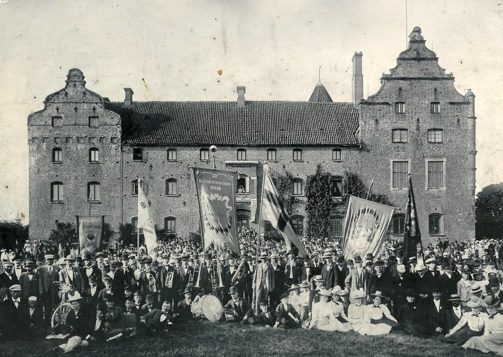 Nykterhetsrörelsens förening Blå Band på sommarutflykt till Skarhult i juli 1901.