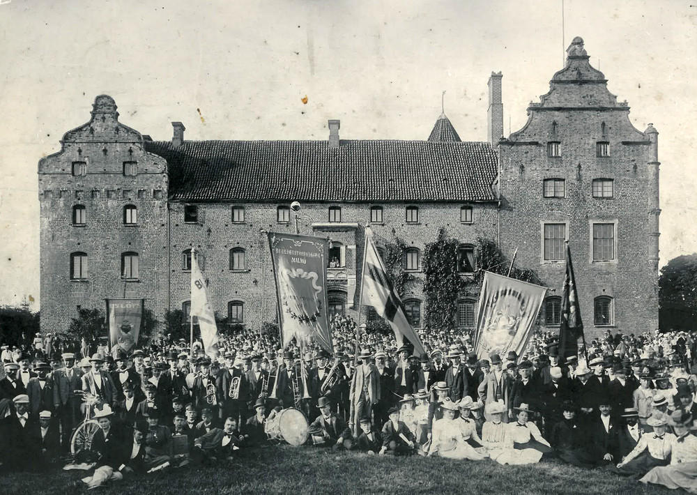 "The Swedish Temperance Movement's association ""Blå Band"" at a summer excursion to Skarhult in July 1901."